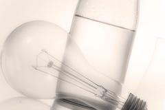 Abstract zacht nadrukstilleven met fles en elektrische lamp Royalty-vrije Stock Foto