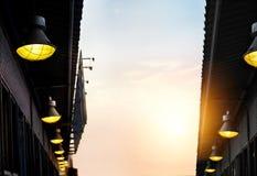 Abstract zwart architectuur en lamplicht op zonsondergang Stock Foto's