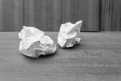 Abstract Zwart-wit die, Witboekblad, document op een hout wordt verfrommeld Stock Afbeelding