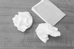 Abstract Zwart-wit die, Witboekblad, document op houten wordt verfrommeld Stock Fotografie