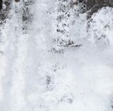 Abstracte Achtergrond - bestrooit van Wit Schuimend Water tegen Schaduwen van Grijs en Zwart royalty-vrije stock foto's