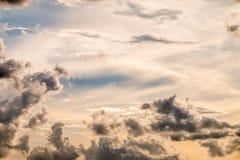 Abstracte achtergrond, blauwe hemel met donkere cumulonimbus wolken Royalty-vrije Stock Fotografie