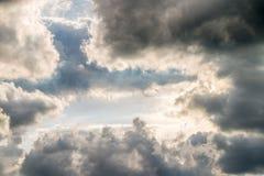 Abstracte achtergrond, blauwe hemel met donkere cumulonimbus wolken Royalty-vrije Stock Afbeelding