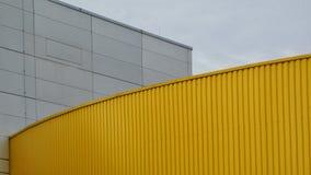 Abstracte Achtergrond Gele Metaal Witte Concrete Blauwe Hemel Royalty-vrije Stock Fotografie