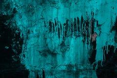 Abstracte Achtergrond Grunge Zwarte en groene muur Gebarsten turkooise verf op de muur Druppels van groene verf op een zwarte muu stock foto's