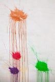 Abstracte achtergrond, kleurrijke verfplonsen op muur Royalty-vrije Stock Afbeeldingen