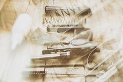 Abstracte achtergrond met twee die lagen, op het pistool van detailsmakarov wordt gedemonteerd Stock Foto's