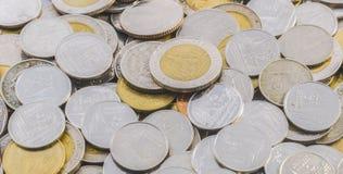 Abstracte achtergrond met zilveren en gouden kleurenmuntstukken Stock Afbeelding