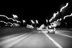 Abstracte achtergrond, motie en lichten, vervoer op de nachtweg, het zwart-wit stemmen Royalty-vrije Stock Foto