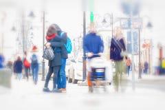 abstracte achtergrond Opzettelijk motieonduidelijk beeld De vroege lente, kussend paar op de straat Families met kinderen, andere stock afbeelding