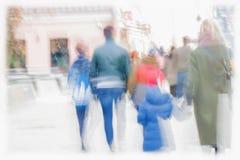 abstracte achtergrond Opzettelijk motieonduidelijk beeld Families met kinderen, andere mensen die langs de vage stoep lopen, royalty-vrije stock afbeelding