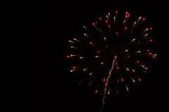Abstracte Achtergrond: Rood/Gouden Exploderend Vuurwerk met Sleep Royalty-vrije Stock Afbeeldingen