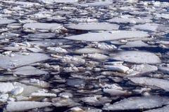 Abstracte achtergrond van afdrijvend ijs op water stock foto's
