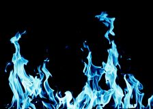 Abstracte achtergrond van blauwe vlambrand op zwarte achtergrond stock afbeelding