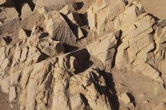 Abstracte achtergrond van bruine steenoppervlakte met cusps en barsten stock afbeeldingen
