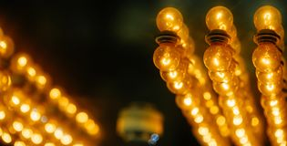 Abstracte achtergrond van creatief ideeënconcept van lightbulb en bokeh stock afbeelding