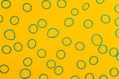 Abstracte achtergrond van de blauwe ringen op een gele achtergrond stock foto's