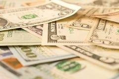 Abstracte achtergrond van diverse dollarrekeningen Selectieve nadruk stock foto