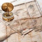Abstracte achtergrond van gemengde grunge uitstekende valse schatkaarten met kompas Stock Fotografie