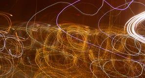 Abstracte achtergrond van gloeilampen bij nacht in motie royalty-vrije stock fotografie