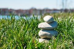 Abstracte achtergrond van groene gras en piramide Stock Afbeeldingen