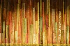 Abstracte achtergrond van kleurenstroken in de vorm van een overleggordijn royalty-vrije stock afbeelding