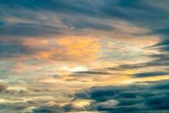 Abstracte achtergrond van kleurrijke dramatische hemel in schemering Stock Afbeeldingen