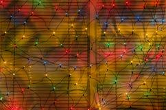 Abstracte achtergrond van lichtgevende slingers in het venster van de Nieuwjaar` s opslag Stock Foto