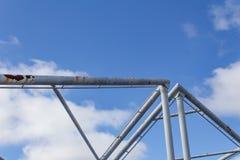 Abstracte achtergrond van luchtpijpen tegen een blauwe hemel met wolken Stock Foto