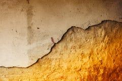 Abstracte achtergrond van oude opsplitsende muur Stock Afbeelding