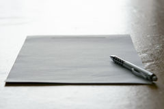 Abstracte achtergrond van pen en document met schemerig licht Royalty-vrije Stock Fotografie