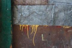 Abstracte achtergrond van rechthoeken van bruin triplex, blad van grijs metaal en groene bar op recht, over de gele oppervlakte v Royalty-vrije Stock Fotografie