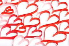 Abstracte achtergrond van rode contouren van harten op een wit Stock Afbeelding