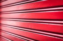 Abstracte achtergrond van rode metaalstrepen. Stock Afbeelding
