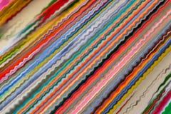Abstracte achtergrond van vele trillende gekleurde strepen stock illustratie