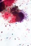Abstracte achtergrond van vlekkenroze, rood en kastanjebruin op Witboek Stock Foto's