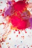 Abstracte achtergrond van vlekkenroze, rood en kastanjebruin op Witboek Stock Afbeeldingen