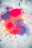 Abstracte achtergrond van vlekkenroze, rood en kastanjebruin op Witboek Royalty-vrije Stock Fotografie