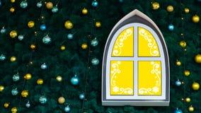Abstracte achtergrond voor nieuw jaar Decoratief venster van gele kleur met witte die patronen op de Nieuwjaarboom met speelgoed  royalty-vrije stock foto's