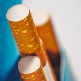 Abstracte achtergronden met weinig sigaretten in de doos Stock Afbeeldingen