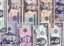 Abstracte Amerikaanse dollarrekeningen van verschillende benamingsachtergrond royalty-vrije stock foto's