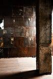 Abstracte architectuurachtergrond, leeg ruw concreet binnenland met kolom Royalty-vrije Stock Foto's