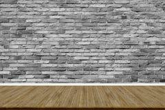 Abstracte bakstenen muur en houten vloer in ruimte voor kunstwerk stock afbeelding
