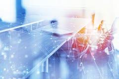 Abstracte bedrijfsachtergrond met vergaderzaal en Internet-netwerkeffect Dubbele blootstelling stock afbeelding