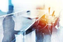 Abstracte bedrijfshanddrukachtergrond met vergaderzaal Concept vennootschap en groepswerk Dubbele blootstelling stock fotografie