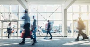 Abstracte Bedrijfsmensen die in een moderne zaal lopen Royalty-vrije Stock Foto's