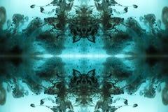 Abstracte Blauwe die Achtergrond met inkt in water wordt gemaakt stock fotografie