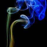 Abstracte blauwe en gele rook van de aromatische stokken Stock Foto