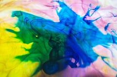 Abstracte Blauwe Rook die in Kleurrijk Water wervelen stock afbeeldingen