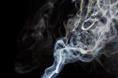 Abstracte blauwe rook van aromatische stokken Stock Afbeeldingen